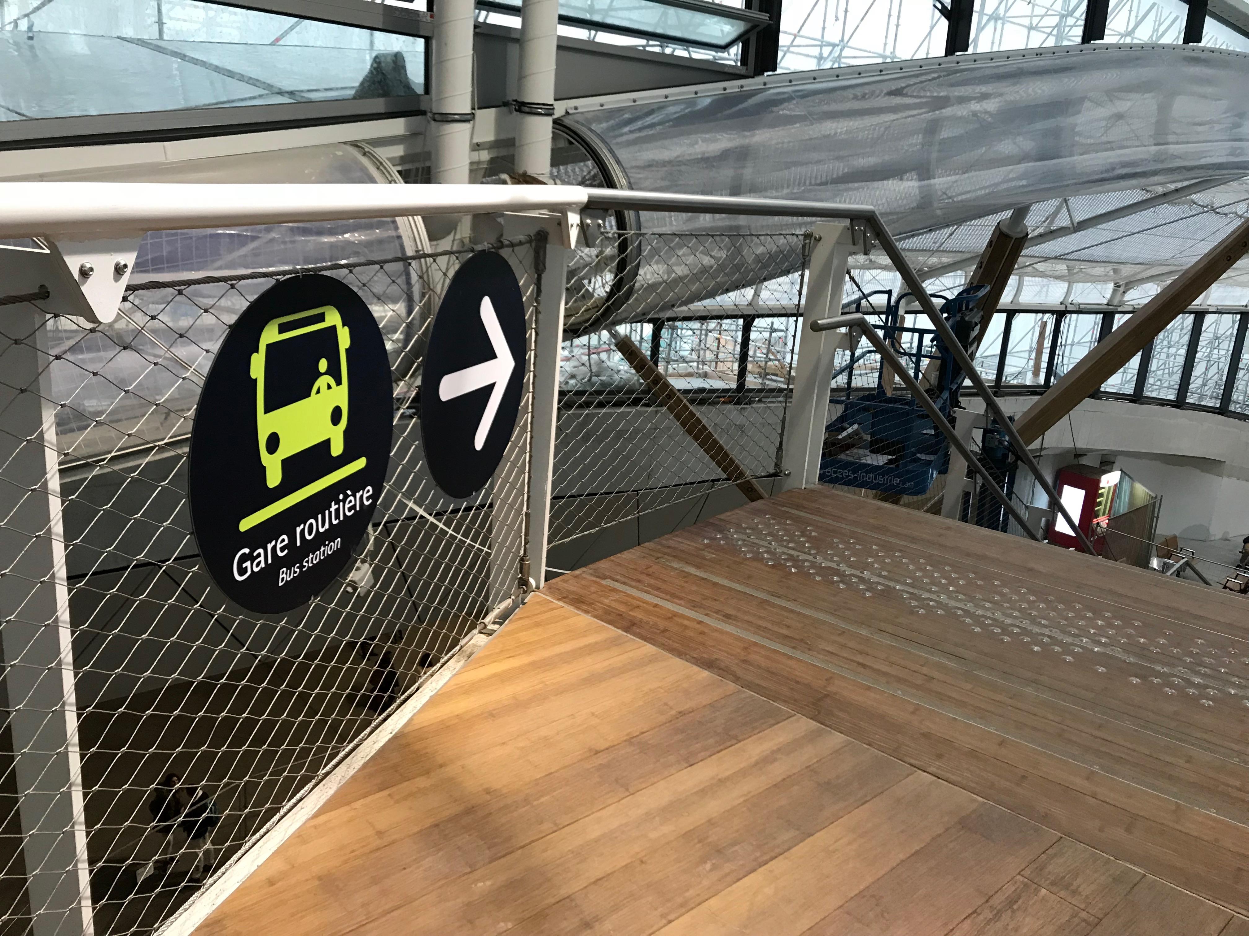 レンヌ駅バスターミナルへの看板