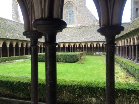 修復前のモン・サン・ミッシェル修道院回廊の庭園