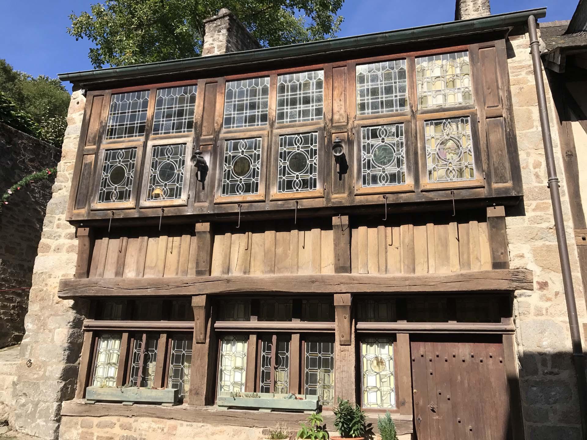 ディナンの透かし窓が付けられた木骨造りの建物