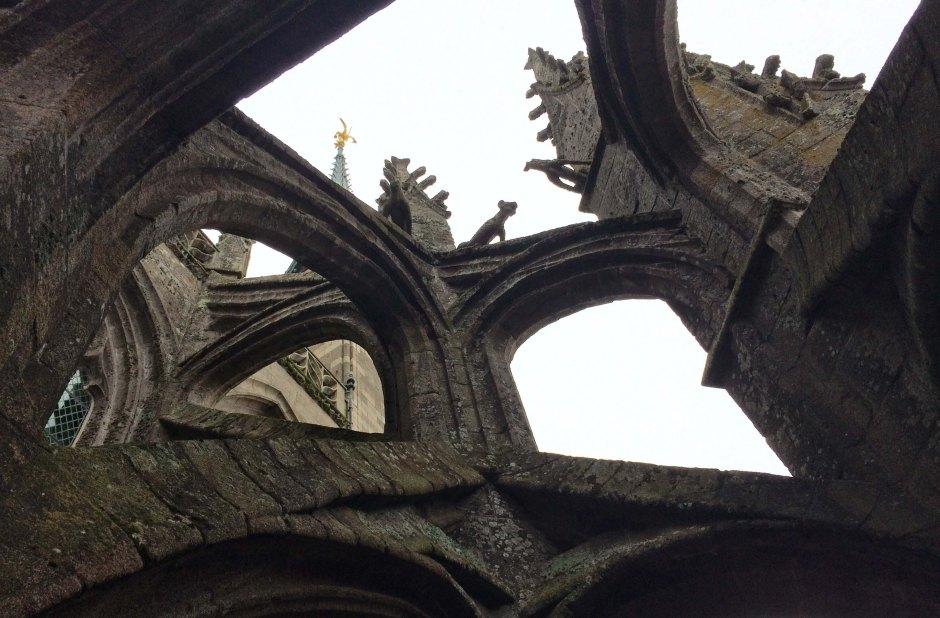 モン・サン・ミッシェル修道院付属教会のフライング・バットレスと尖塔