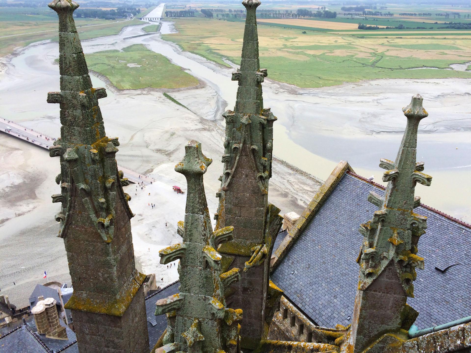 モン・サン・ミッシェルの修道院付属教会の屋根からの眺め