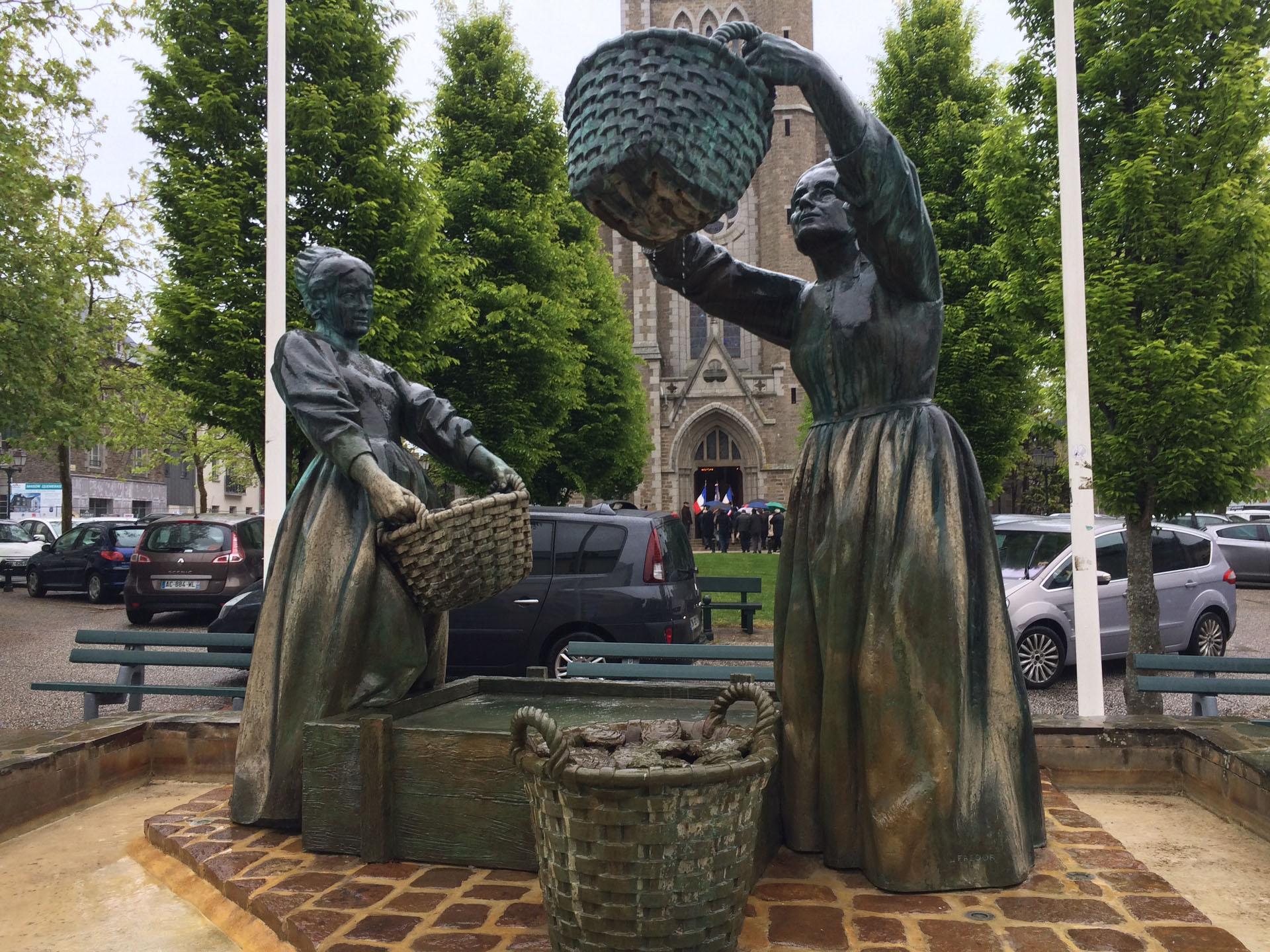カンカルの牡蠣を仕分ける女性像