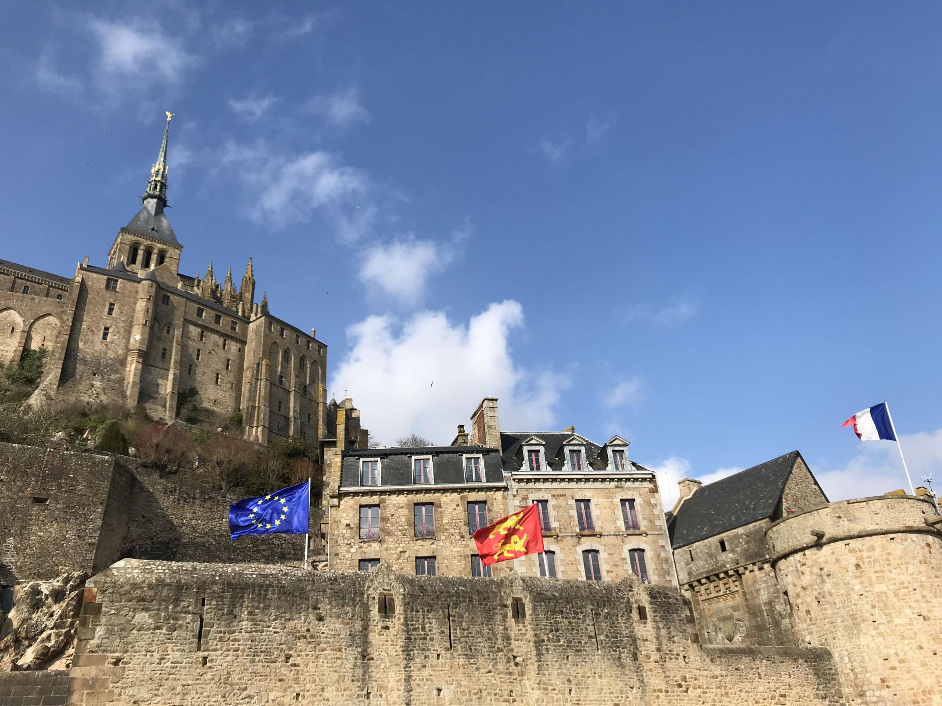 モン・サン・ミッシェルとEUの旗