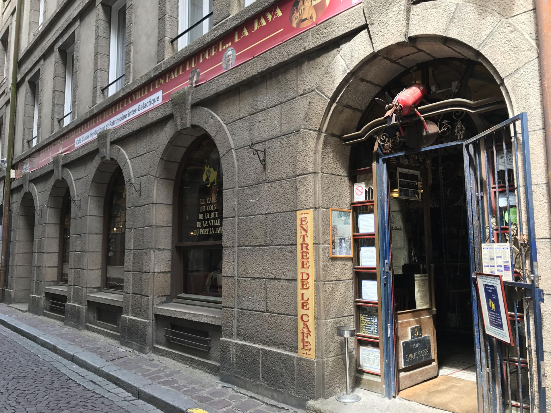 Le Café du coin d'en bas de la rue du bout de la ville d'en face du portの入り口