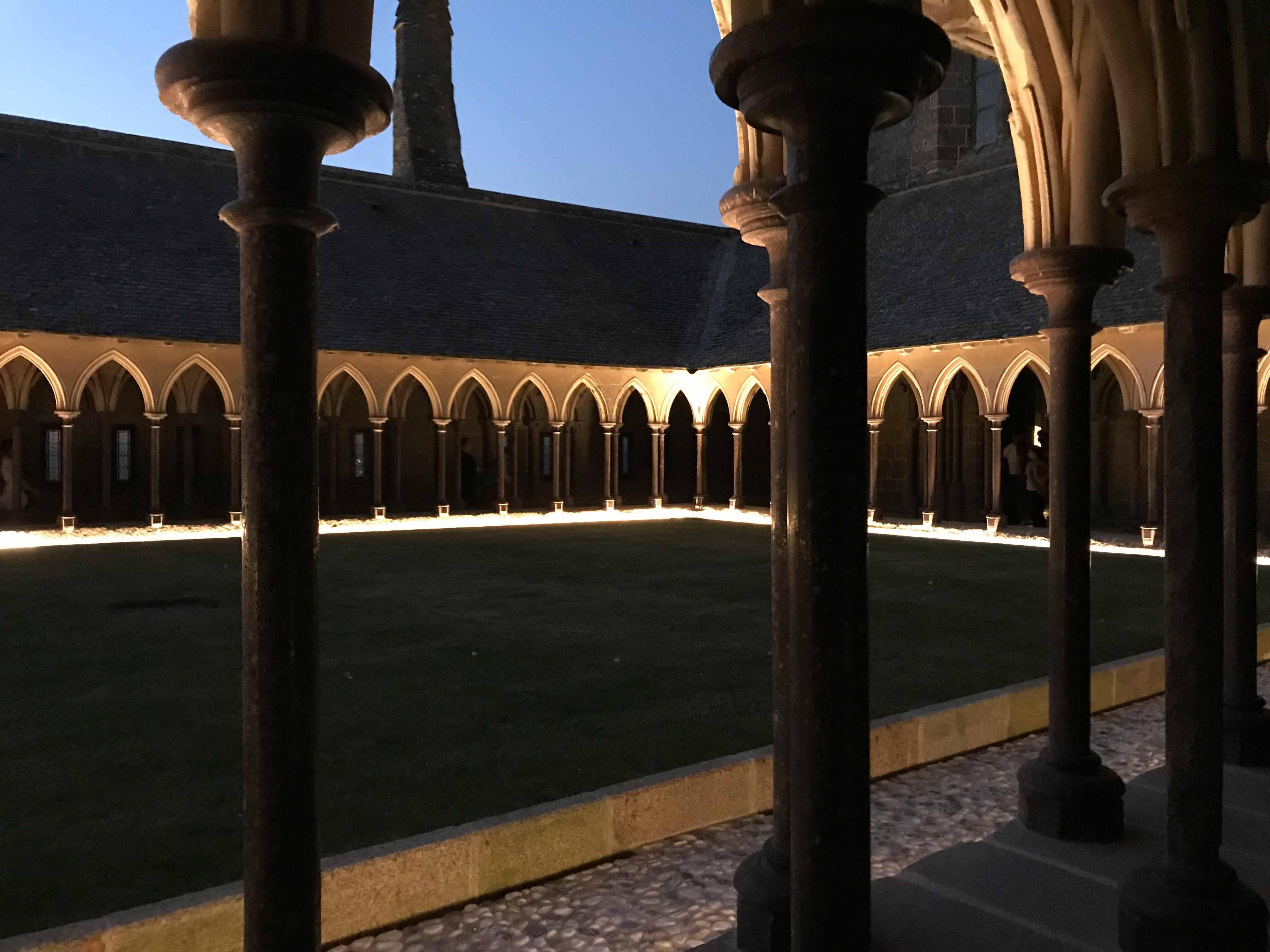 モン・サン・ミッシェル修道院のライトアップされた回廊