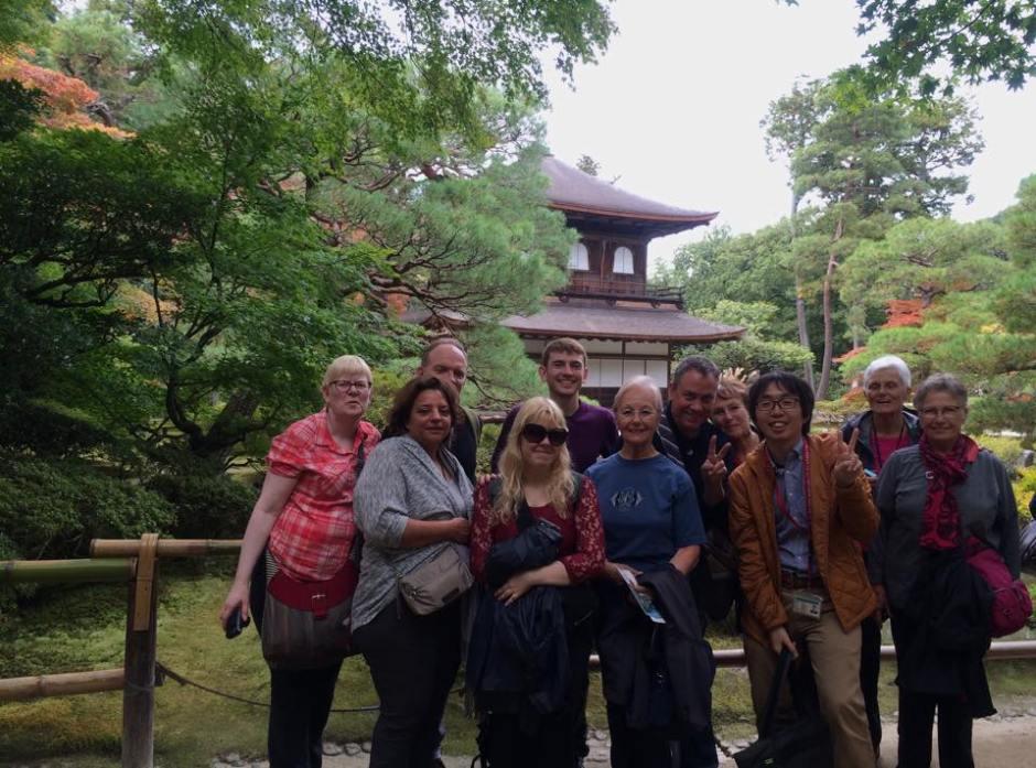 銀閣寺でフランス語圏観光客を案内